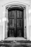 对教会的老木门 免版税库存照片