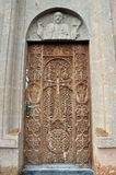 对教会的被雕刻的门 的臂章 库存图片