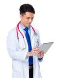 对数字式片剂个人计算机的年轻医生用途 免版税库存图片