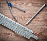 对数统治者,指南针,在一张木桌上的铅笔 工程师和学生的文具 库存照片
