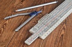 对数统治者,指南针,在一张木桌上的铅笔 工程师和学生的文具 图库摄影