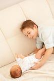 对新出生的姐妹的第一相识 免版税库存照片