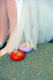 对新娘婚装的改变 免版税库存图片