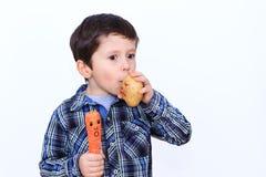 对新鲜蔬菜的儿童喜爱 图库摄影