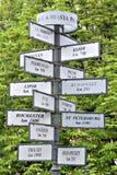 对方向和距离的尖到各种各样的城市 免版税库存图片