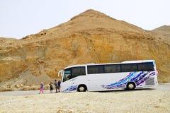 对旅游游人的公共汽车运载的山 库存照片