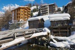 对旅馆和历史木大厦的看法在策马特,瑞士 图库摄影