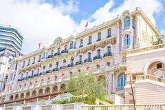 对旅馆大厦的美丽的桃红色门面的白天晴朗的视图 免版税库存照片