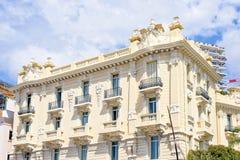 对旅馆大厦门面的白天视图与经典装饰品 免版税图库摄影