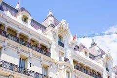 对旅馆大厦门面的白天视图与装饰品 免版税库存图片