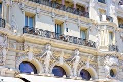 对旅馆大厦门面的白天视图与装饰品 库存照片