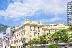 对旅馆大厦门面的白天视图与装饰品 免版税图库摄影