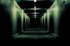 对无处的蠕动的黑暗的隧道 库存图片