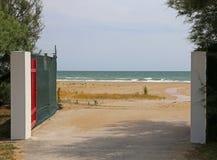 对无限和自由的海标志打开门 免版税库存图片
