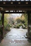 对日本庭院的美好的入口门 免版税库存照片
