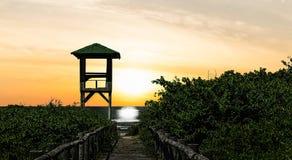对日落海滩的方式 免版税库存图片