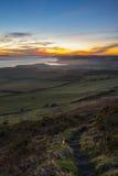 对日落的步在多西特海岸线 库存图片