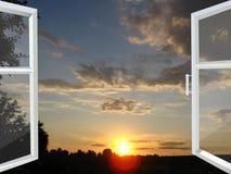对日落被打开的窗口 免版税库存图片