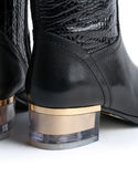 对时髦的妇女的皮靴 库存图片