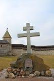 对普斯克夫克里姆林宫的1100th周年纪念的纪念交叉 库存照片