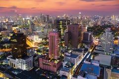 对曼谷市的五颜六色的夜视图有摩天大楼的 库存照片