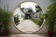 对月亮入口的看法对历史传统富有的普通话房子在澳门,中国 免版税库存照片