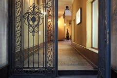 对有启发性大厅的被打开的门 免版税库存照片