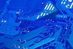 对有差别的对的特写镜头在蓝色计算机电路板[软的焦点] 免版税图库摄影