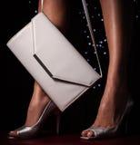 对有提包的银色女性高跟鞋 库存图片