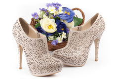 对有花的米黄鞋子 库存图片