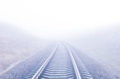 对有雾的天际的铁路 库存图片