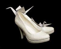 对有origami纸的新娘鞋子抬头 免版税库存照片