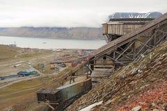 对朗伊尔城镇的看法有被放弃的煤矿的前景的,挪威 免版税库存照片