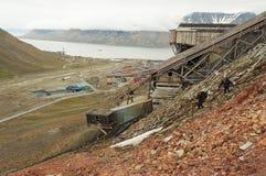 对朗伊尔城镇的看法有被放弃的煤矿的前景的,挪威 库存照片