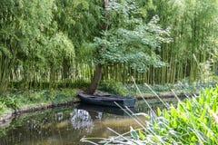 对木小船以池塘横向格式 免版税库存图片