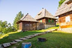 对木房子的木台阶在Drvengrad Kusturica,塞尔维亚 免版税库存照片