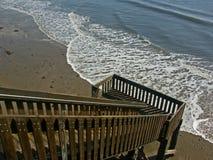 对木的海滩楼梯 免版税库存图片