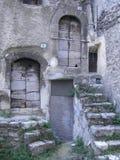对木门的老台阶在意大利村庄 免版税库存图片