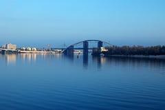 对未完成的桥梁的早晨视图 城市克里姆林宫横向晚上被反射的河 Trukhanov海岛 免版税图库摄影