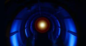 对未来的未来派隧道 发光的蓝色光意想不到的内部 半圆形状,透视墙壁视图 免版税库存图片
