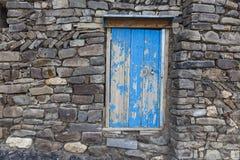 对杂物间的一个门在一个房子里在Khinalig村庄  免版税库存图片