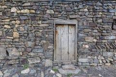 对杂物间的一个门在一个房子里在Khinalig村庄  免版税库存照片
