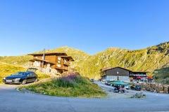 对村庄的白天视图与停放的游人汽车 库存图片