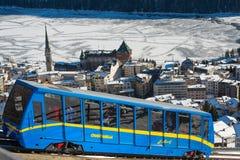 对村庄的钝齿轮火车在冬天 图库摄影