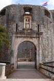 对杜布罗夫尼克历史的城堡的入口在克罗地亚 免版税库存图片