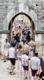 对杜布罗夫尼克` s老镇的被成拱形的通入 库存图片