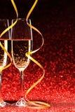 对杯香槟 美丽的夫妇跳舞射击工作室妇女年轻人 库存图片