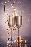 对杯香槟 背景庆祝香槟金黄主题 库存图片