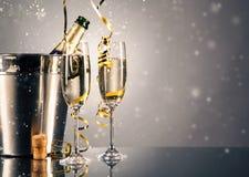 对杯香槟 背景庆祝香槟金黄主题 免版税库存图片