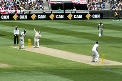 对板球运动员的常礼帽碗测试蟋蟀的 免版税库存照片